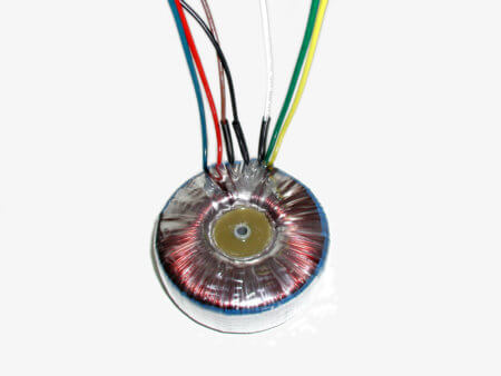 Transformátor se zalitým středem a montážním talířkem